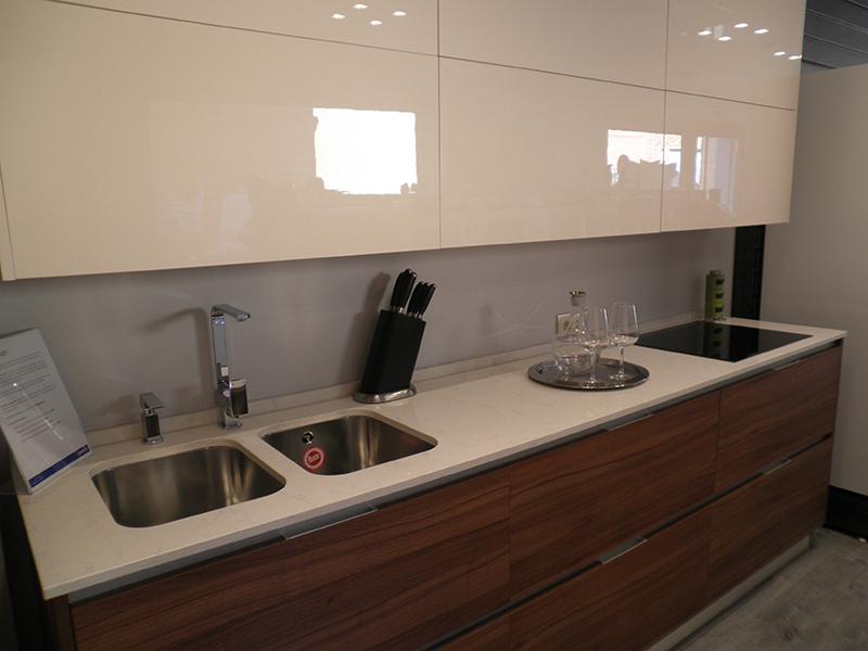 Cocina blanca con encimera de madera top cocina con - Encimera cocina blanca ...